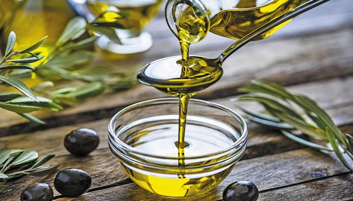 78-001738-benefits-spoonful-olive-oil-morning_700x400 (1).jpg